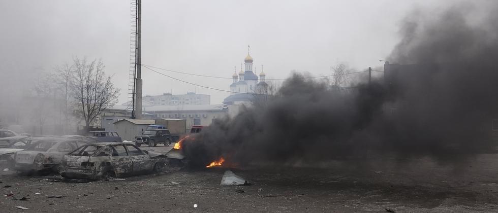 Ein Auto in Mariupol brennt nach einem Raketeneinschlag durch die Separatisten