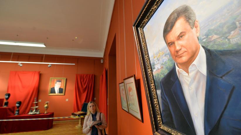 Ukraine-Konflikt: Der ehemalige ukrainische Präsident Viktor Janukowitsch auf einem Gemälde in seinem ehemalien Anwesen bei Kiew.