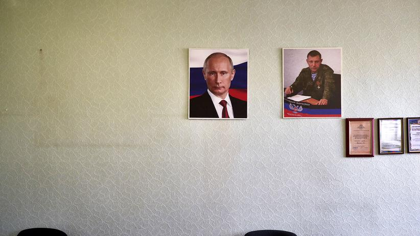 Ukraine-Konflikt: Donezk: Fotos des russischen Präsidenten Wladimir Putin und Alexander Sachartschenko, Anführer der selbsternannten Volksrepublik Donezk.
