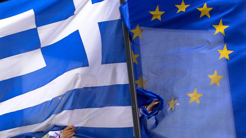 Griechenland: Vor der griechischen Botschaft in Brüssel werden eine griechische und eine Euro-Flagge gehisst.