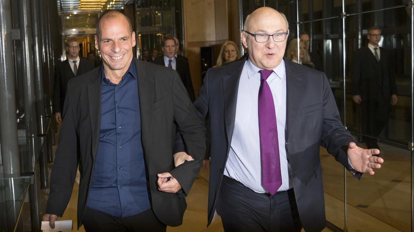 Frankreichs Finanzminister Michel Sapin geleitet seinen griechischen Kollegen Yanis Varoufakis (links) zur gemeinsamen Pressekonferenz.