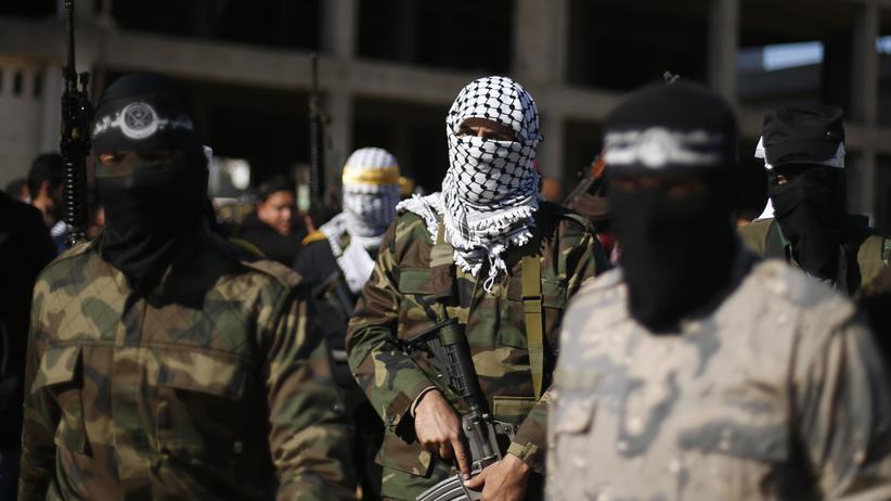 Anhänger des bewaffneten Arms der Hamas protestieren am 5. Februar in Gaza-Stadt gegen die Entscheidung Ägyptens, ihre Organisation zu verbieten und als terroristisch einzustufen.