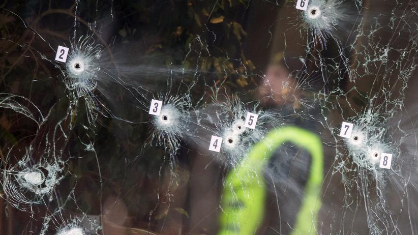 Dänemark: Ermittler begutachten die Einschusslöcher in der Fassade des Kopenhagener Cafés.