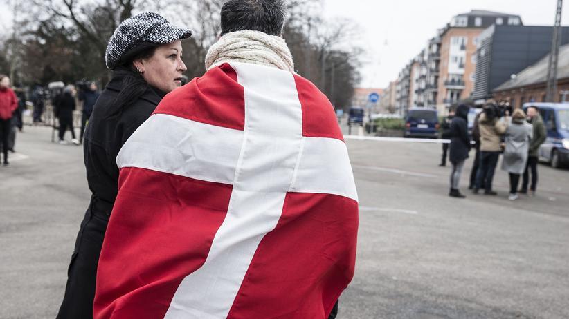 Kopenhagen: Nach dem Terror: Menschen in der Nähe der Synagoge in Kopenhagen, vor der ein Wachmann erschossen wurde