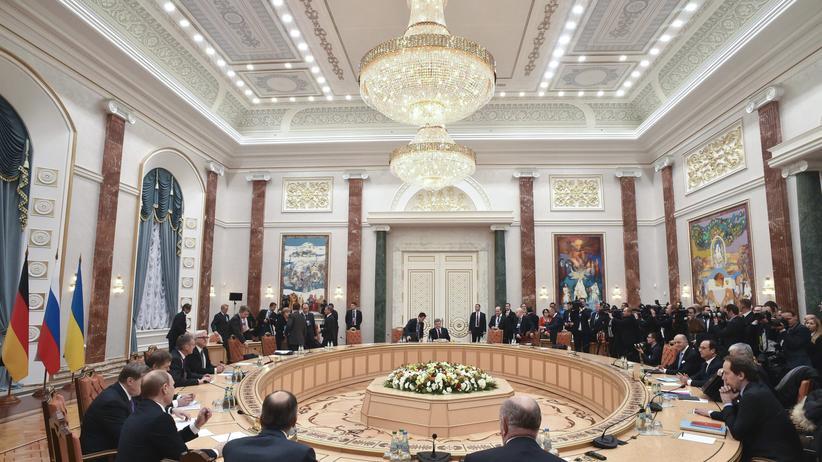 Ukraine-Gipfel Minsk : Die Delegationen aus Russland, der Ukraine, Deutschland und Frankreich bei den Verhandlungen in Minsk zur Entspannung des Ukraine-Konflikts