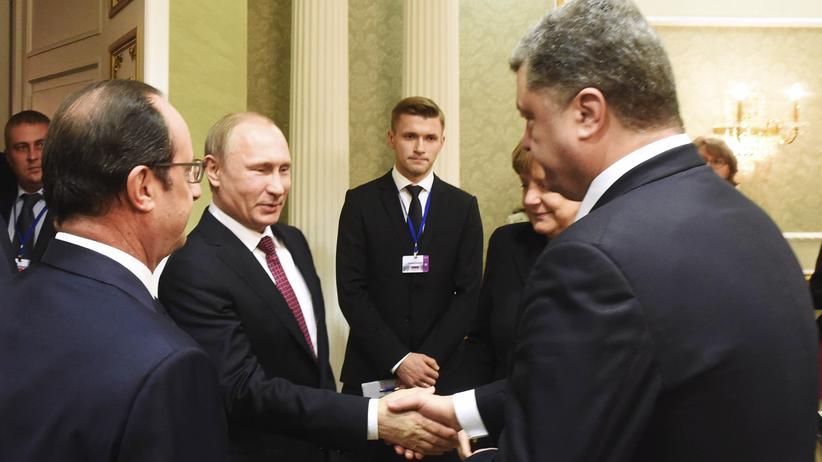 Ukraine-Krieg: Russlands Präsident Wladimir Putin gibt seinem ukrainischen Kollegen Petro Poroschenko beim Minsker Gipfeltreffen zur Ukraine-Krise die Hand.