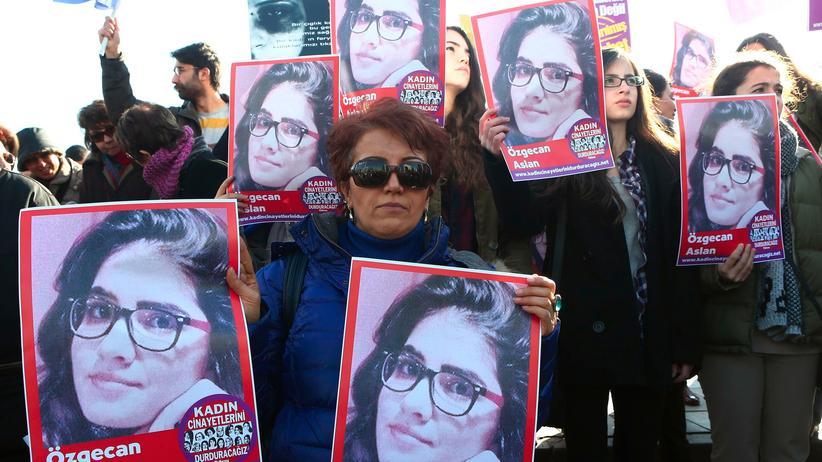 Gewalt gegen Frauen: Gesellschaft, Gewalt gegen Frauen, Gewalt, Recep Tayyip Erdogan, Türkei, Facebook, Abfindung, Demonstration, Eltern, Polizei, Twitter, Vergewaltigung, Frauenrechte