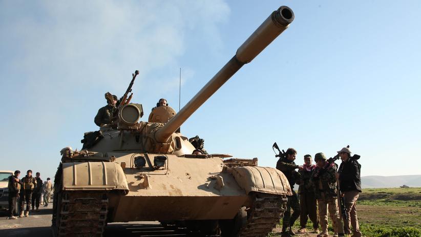 Irak: Kurdische Peschmerga neben einem Panzer auf einer Straße nach Mossul