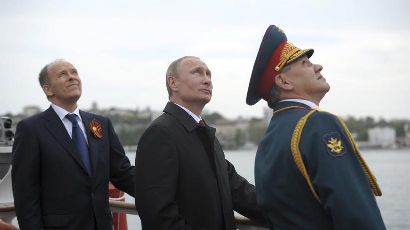 Verfassungsschutz: Der russische Präsident Wladimir Putin (M), Verteidigungsminister Sergei Schoigu (r) und der Chef des Inlandsgeheimdienst FSB, Alexander Bortnikow