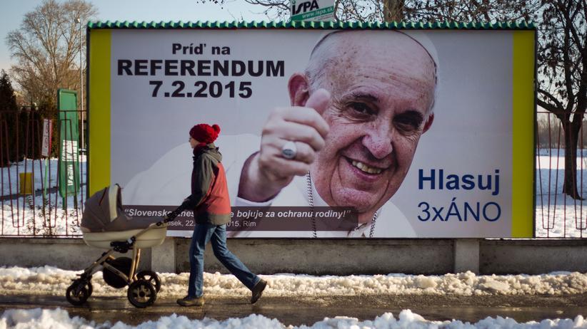 Homosexuellen-Rechte: Ein Plakat mit der Abbildung des Papstes wirbt für die Teilnahme am Referendum gegen die Gleichberechtigung Homosexueller in der Slowakei.