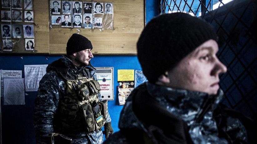 Ukrainische Soldaten suchen in einer Polizeiwache in Debaltsewe Schutz vor Angriffen der Separatisten.