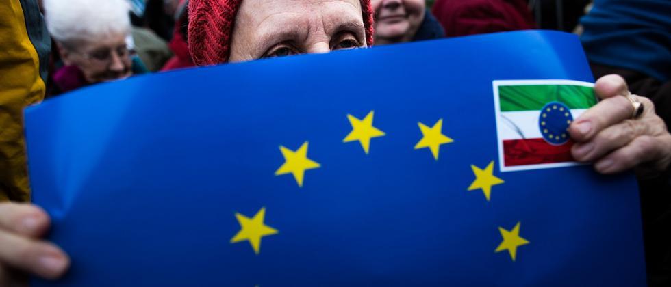 Proteste vor dem Budapester Parlament richten sich gegen Korruption in der Orbàn-Regierung.