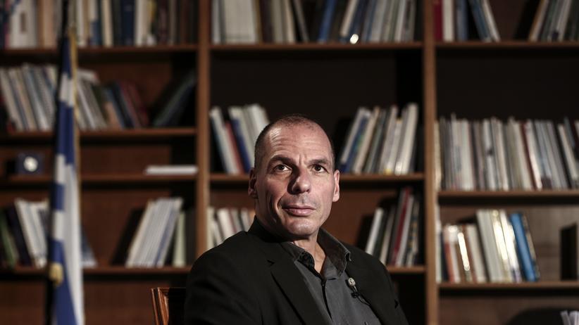 Griechenlands Finanzminister Yanis Varoufakis wartet in seinem Athener Büro vor einem Interview mit dem Sender Bloomberg.