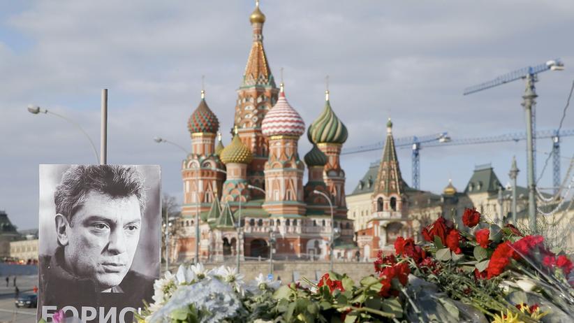 Ein Bild des Kreml-Kritikers Boris Nemzow an dem Ort in der Moskauer Innenstadt, an dem er umgebracht wurde