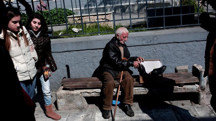 Griechenland: Ein alter Mann verkauft Schuhe am Hafen von Piräus in der Nähe von Athen.