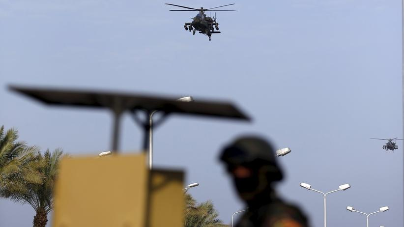 Ein ägyptischer Militärhelikopter fliegt über Scharm El-Scheich, wo sich die Arabische Liga trifft.