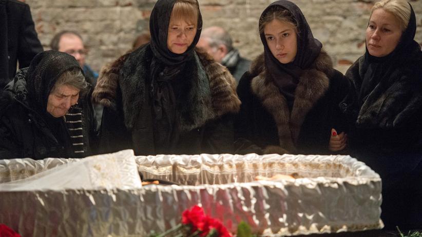 Die Mutter des ermordeten Boris Nemzow, Dina Eidman (links), bei der Trauerfeier in Moskau