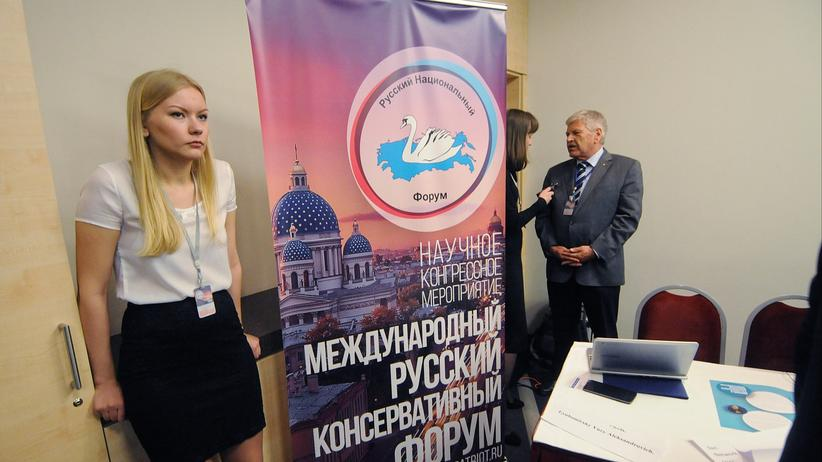 Der Deutsche NPD-Politiker Udo Voigt wird während des Forums in Russland interviewt.