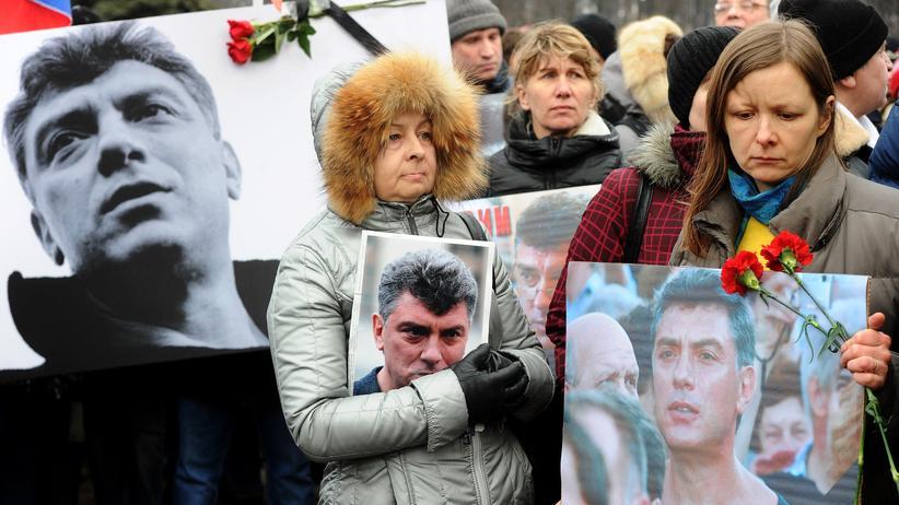 Moskaus Bürger demonstrieren nahe der Stelle, an der Boris Nemzow erschossen wurde.
