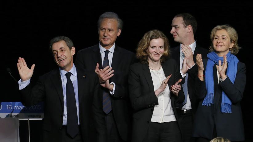 Frankreich: Nicolas Sarkozy (links) umgeben von Parteigenossen