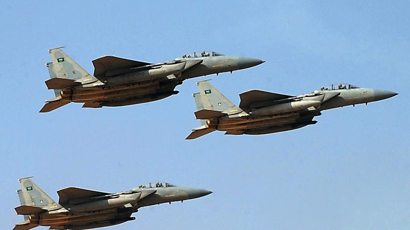 Huthi-Rebellen: Jet fighters of the Saudi Royal air force performs during the graduation ceremony of the 83rd batch of King Faisal Air Academy (KFAA) students that was attended by Saudi Deputy Premier and Minister of Defense Crown Prince Salman bin Abdulaziz (not pictured) held at the Riyadh military airport, on January 1, 2013, in Riyadh. AFP PHOTO/FAYEZ NURELDINE (Photo credit should read FAYEZ NURELDINE/AFP/Getty Images)