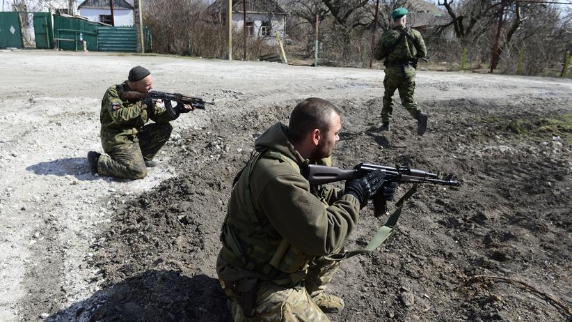 Ostukraine: Erneute Gefechte im Donbass: Soldaten der selbsternannten Volksrepublik Donezk beziehen nahe Mariupol Stellung gegen ukrainische Truppen.