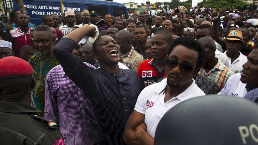 Anhänger protestieren in Port Harcourt gegen Wahlbetrug.