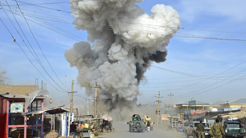 Afghanistan: Rauch steigt auf, nachdem sich ein Selbstmordattentäter in der Provinz Kundus in die Luft gesprengt hat.