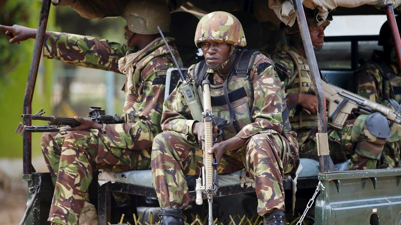 Kenianische Soldaten fahren auf den Campus von Garissa.