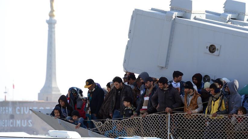 Flüchtlinge: Aus Seenot gerettete Flüchtlinge erreichen den Hafen von Messina.