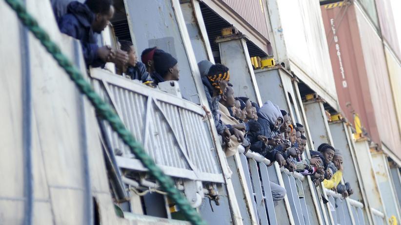 Flüchtlinge erreichen am 15. April den Hafen von Palermo in Sizilien.