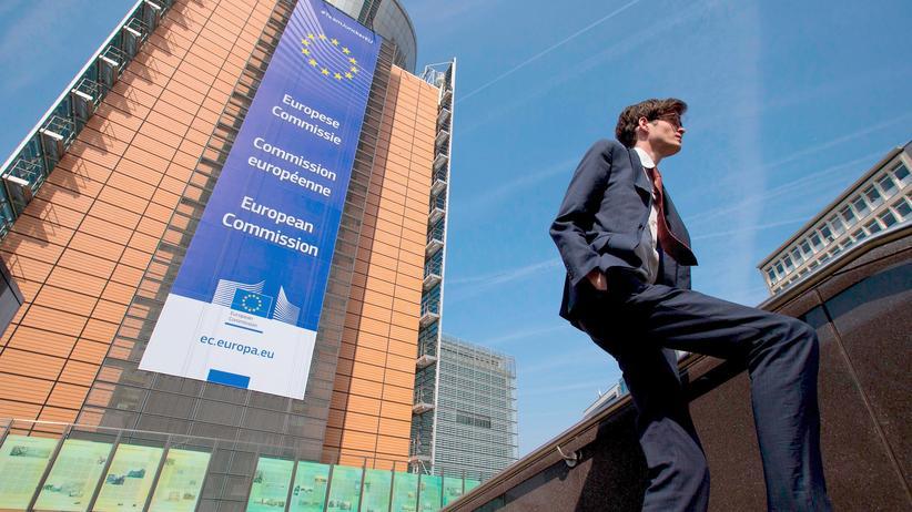Korruption: Ein Mann vor dem Hauptgebäude der Europäischen Kommission in Brüssel