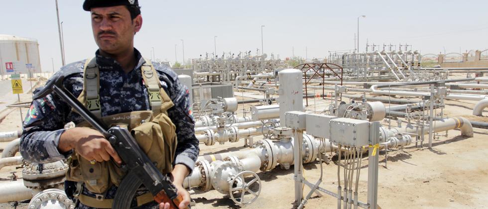 Ein bewachtes Ölfeld im irakischen Basra nahe dem Persischen Golf