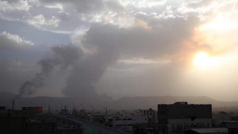 Nach einem Luftangriff steigt Rauch über der Stadt Sanaa auf.