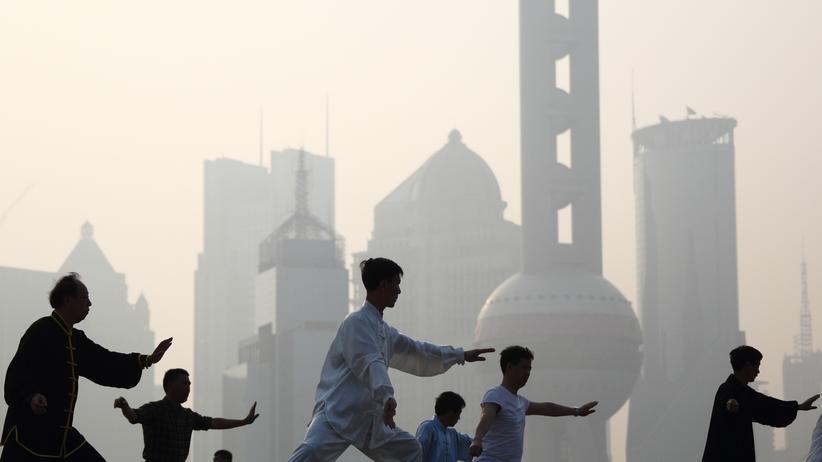 Konjunktur: Tai-Chi-Übungen im Finanz- und Handelsdistrikt von Shanghai