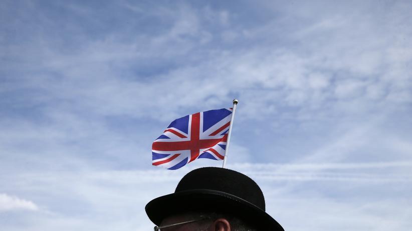 Großbritannien: Besucher eines Pferderennens in Epsom, Südengland