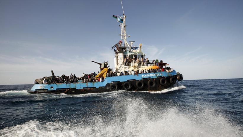 Quotenregelung: Ein Boot der libyischen Küstenwache hat Hunderte Flüchtlinge aufgenommen.