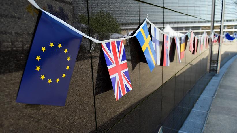 Großbritannien: Flaggen hängen am Gebäude der EU-Kommission in Brüssel.