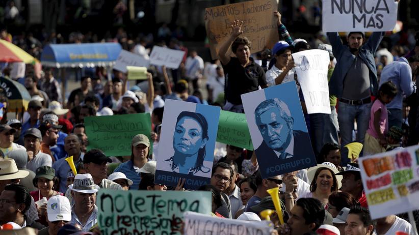 Guatemala: Demonstranten in Guatemala-Stadt halten Schilder mit den Gesichtern von Präsident Otto Perez und Vizepräsidentin Roxana Baldetti.