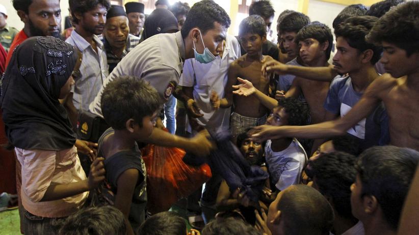 Indonesische Helfer versorgen gestrandete Flüchtlinge.