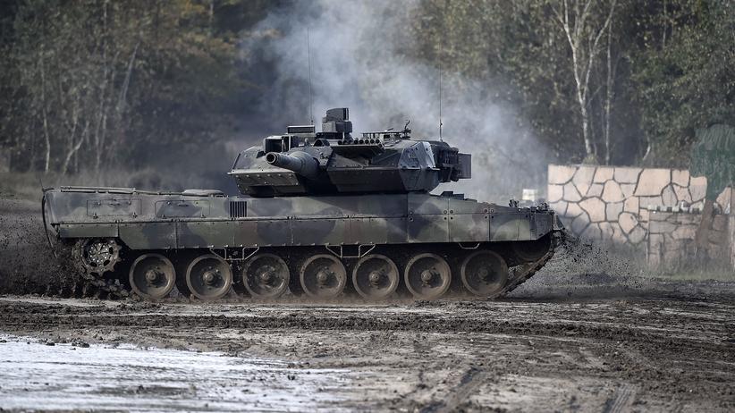 Rüstung: Der Kampfpanzer Leopard 2A5 fährt bei einer Übung durch eine Matschpfütze.