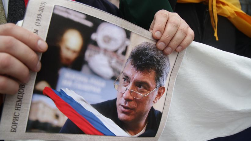 Ein Plakat mit Boris-Nemzow-Foto, das von einem Demonstranten in Vilnius am 1. März getragen wird.