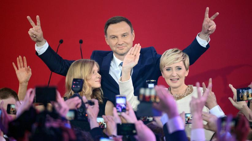 Polen: Andrzej Duda mit Tochter und Frau in der Wahlnacht in Warschau