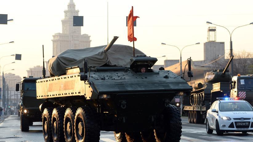 """Russland: Ein neu bewaffneter Mannschaftstransportwagen fährt bei einer Übung zur Militärparade, die am """"Tag des Sieges"""" am 9. Mai stattfindet, durch Moskau. (Bild vom 29. April)"""