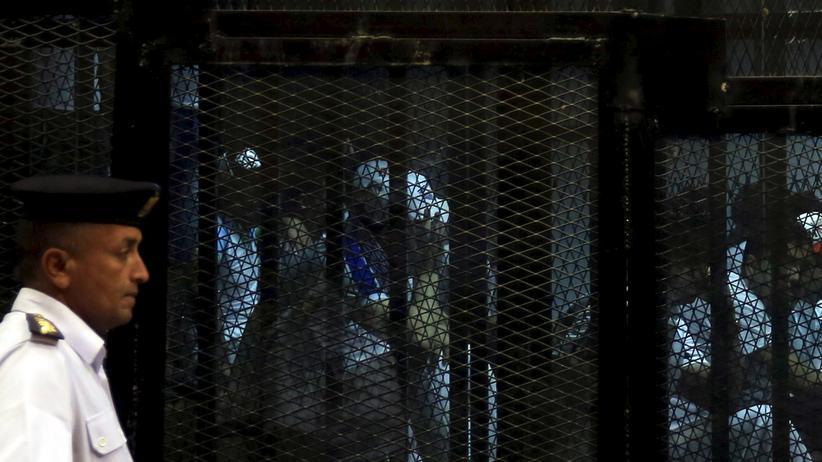 Ägypten: Massenverfahren: Angeklagte im Käfig in einem Gerichtssaal in Kairo