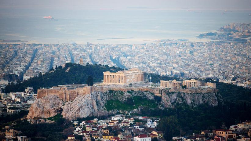 Griechenland-Krise: ATHENS, GREECE - JANUARY 26: The sun begins to rise over Athens and the Acropolis seen from the summit of Mount Lycabettus following the electoral success by Syriza in the Greek general election yesterday on January 26, 2015 in Athens, Greece. The radical left party Syriza won the snap Greek general election and has asked the right-wing Independent Greek party to form a anti-austerity coalition. (Photo by Matt Cardy/Getty Images)