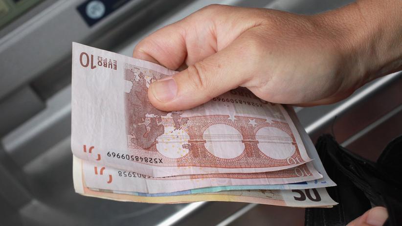 Entnahme von Banknoten am Geldautomaten
