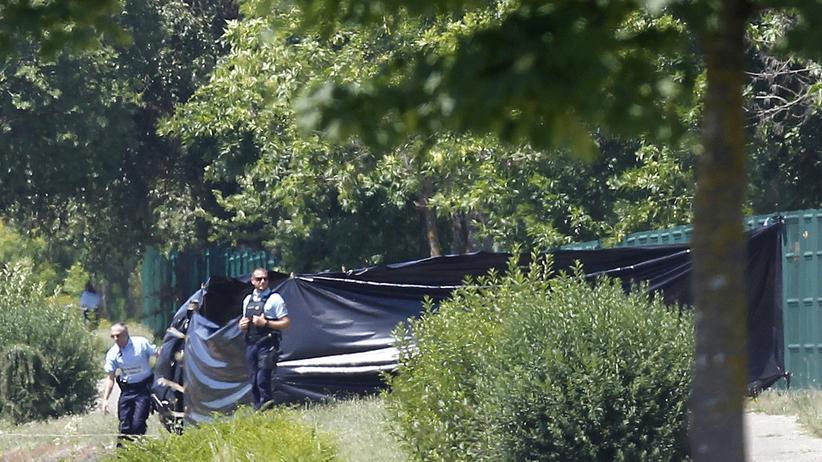 Anschlag bei Lyon: Französische Polizisten auf dem Gelände der Gasfabrik in Saint-Quentin-Fallavier
