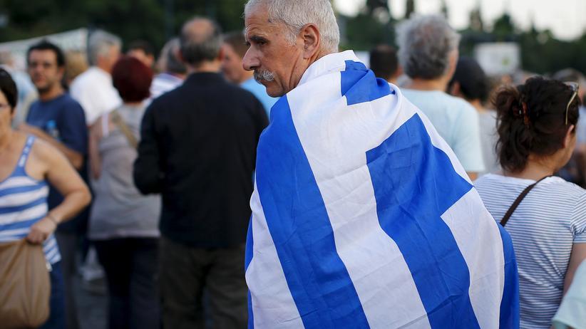Schuldenkrise: Während sich in Luxemburg die Eurofinanzminister berieten, demonstrierten vor dem Parlament in Athen Tausende Griechen für den Verbleib im Euroraum.