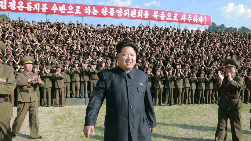 Nordkorea: Ein nordkoreanisches Propagandafoto zeigt den Besuch des Diktators Kim Jong Un in einer Militärbasis.